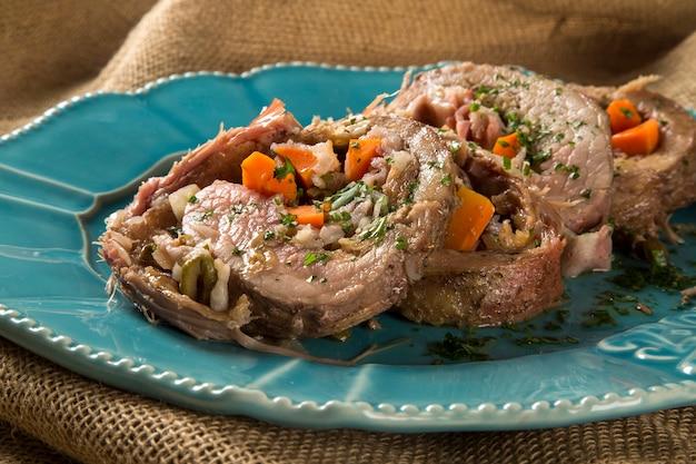 감자 구이 고기와 당근으로 가득 찬 고기 롤-matambre
