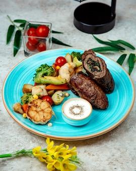 Мясной рулет, фаршированный грибами и зеленью с брокколи и цветной капустой