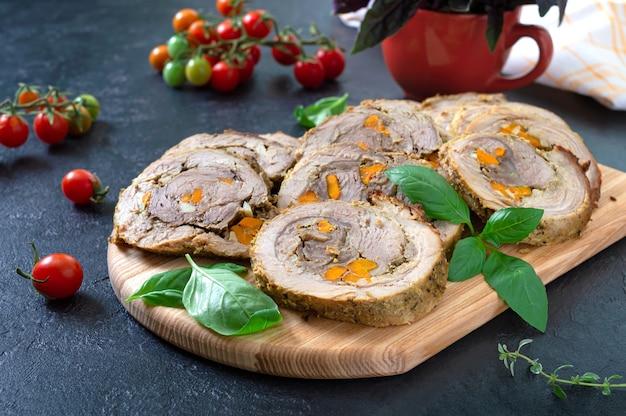 野菜を詰めたロールパン