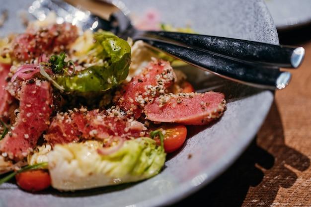 레스토랑의 고기 샐러드