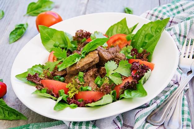 Мясной салат с печенью и свежими овощами.