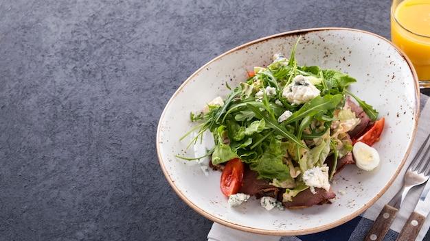 ローストビーフの肉サラダ。野菜とチーズのビーフサラダ。上面図。コピースペース