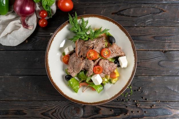ローストビーフ、レタスの葉、チェリートマト、フェタチーズ、オリーブのミートサラダ。