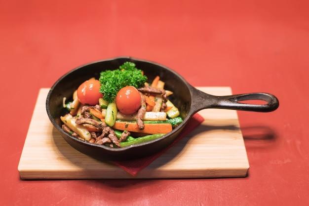 Мясной салат с помидорами, салатом и морковью