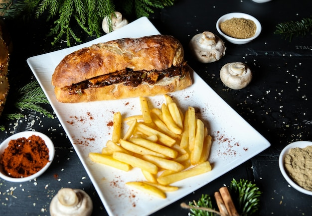 Sandwith di carne servito con patatine fritte