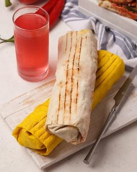 고기 shawarma. 기부자. 패스트 푸드. 빠른 길거리 간식