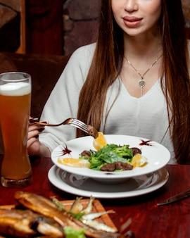 Кусочки мяса и лимон с пивом