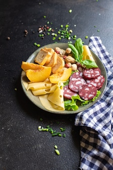 ミートスナックプレートソーセージチーズナッツピーチフルーツトーストパンスモークまたはドライキュアミールスナック