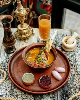 Мясной суп с овощами подается с луком, барбарисом и зеленью