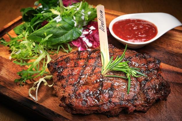 木の板に肉ステーキ