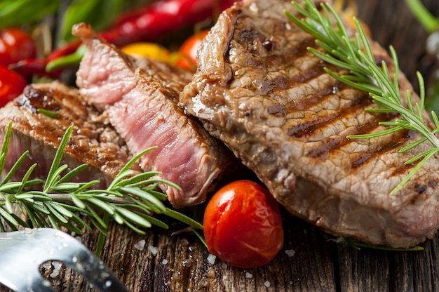 나무 테이블에 고기 스테이크