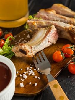 Мясной стейк с пивом и помидорами