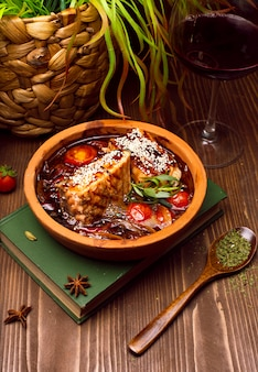 野菜と肉のシチュー、トマト。本のグーラッシュスープ