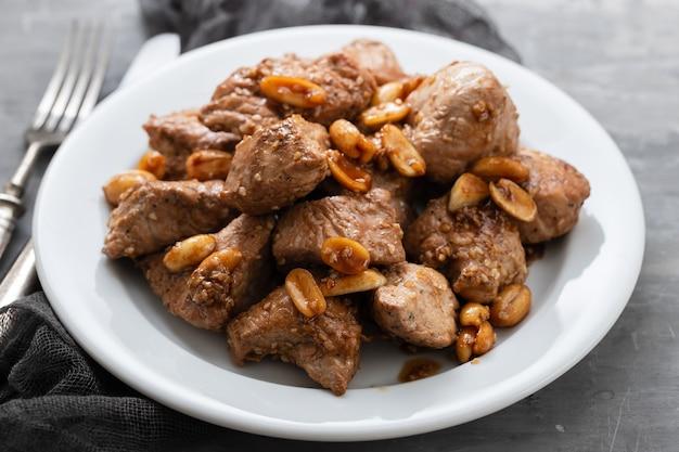 세라믹 테이블에 흰 접시에 견과류와 고기