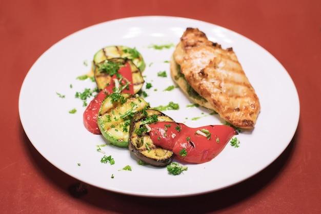 Мясо с помидорами, баклажанами и перцем меню здорового обеда