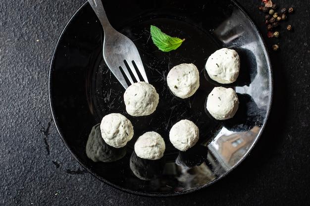 식탁에 있는 접시에 있는 미트볼 닭고기 유기농 다이어트 메뉴 건강한 스낵 복사 공간 음식