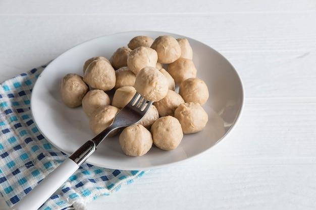 テーブルの上の皿にミートボール