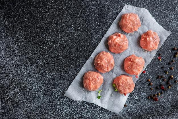 ミートボール生のひき肉チキンまたは七面鳥の健康的な食事