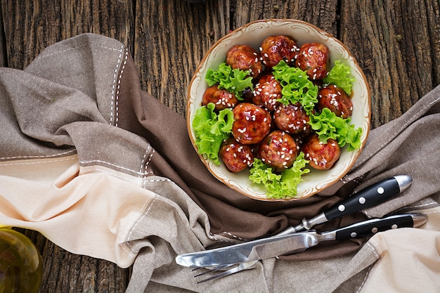 Фрикадельки с говядиной в кисло-сладком соусе. азиатская еда. вид сверху. плоская планировка