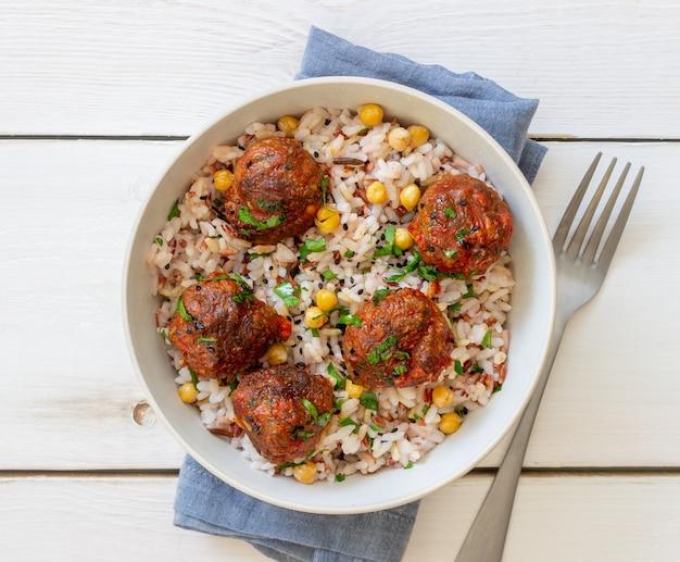 ご飯、ひよこ豆、ごまのミートボール。健康的な食事。ダイエット。オリエンタル料理。
