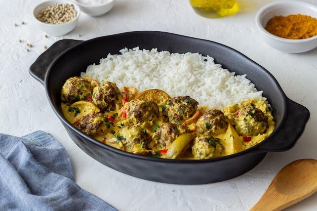 Тефтели с рисом, соусом карри, лаймом и красным перцем. здоровое питание.