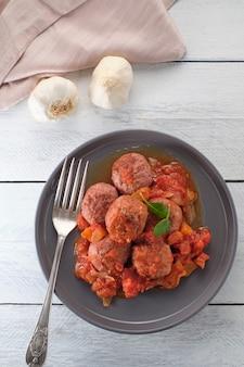 Тефтели с острым томатным соусом на тарелке