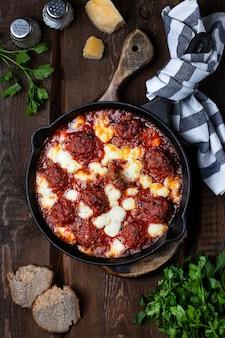 Тефтели с томатным соусом и сыром моцарелла