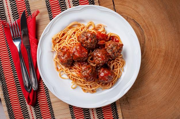 Тефтели с томатным соусом и пастой