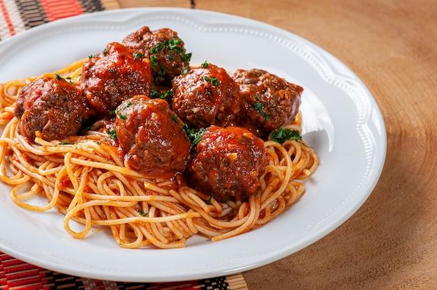 Meatballs with tomato sauce and pasta - almondegas