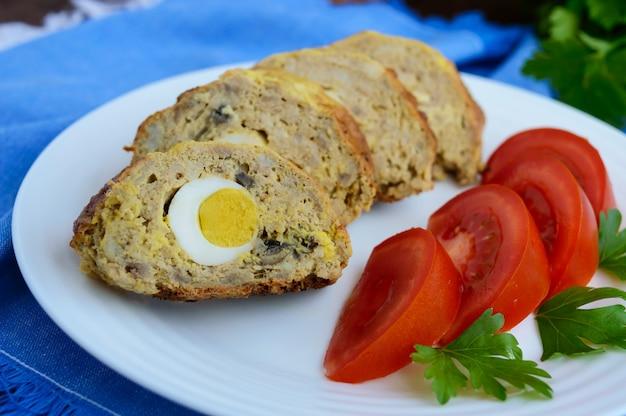 Мясной рулет с грибами и вареным яйцом.