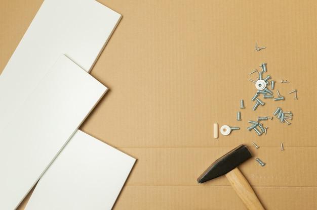 정비공은 정비공 장비와 함께 설명서에 따라 집에 가구를 조립했습니다.