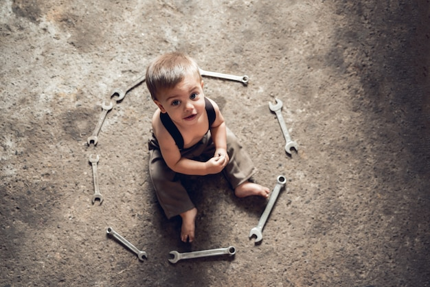 メカニック男の赤ちゃん - 周りのレンチで床の上