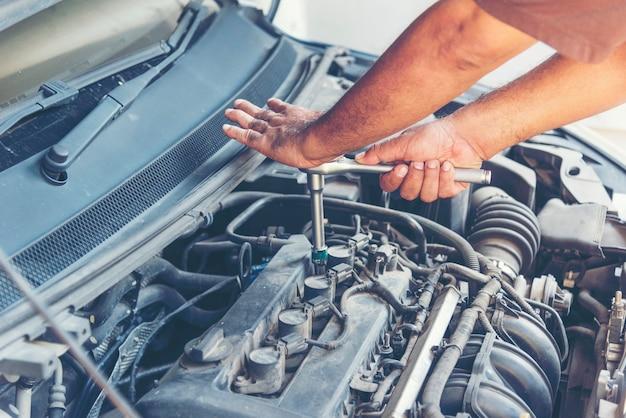 Слесарь автосервис в автомобильном гараже автосервис автомобилей и транспортных средств машиностроение. автомеханик вручает авторемонтный центр автомастерской. услуги автомобильный двигатель машина