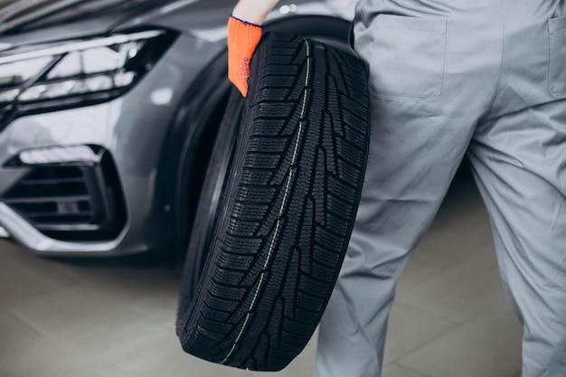 자동차 서비스의 정비사 교체 타이어