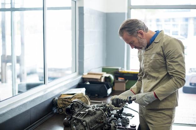 Механик проверки автомобильных деталей