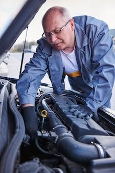 자동차를 확인하는 정비공 무료 사진