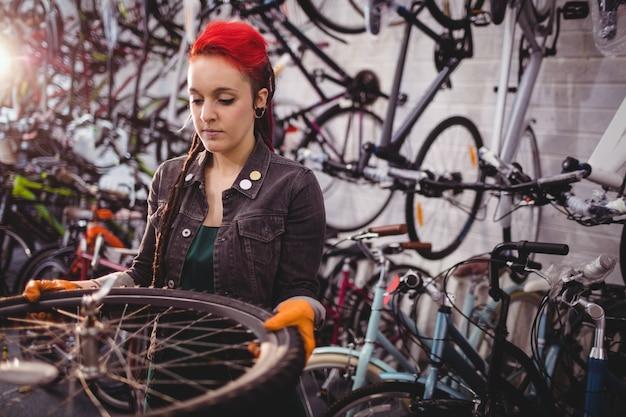 Meccanico esame di una ruota di bicicletta