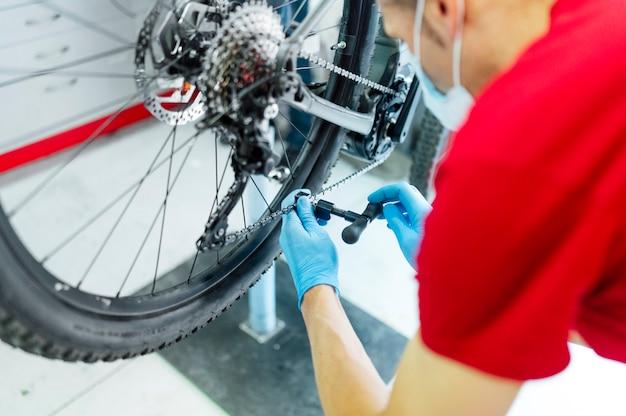Механик, фиксирующий электрический велосипед