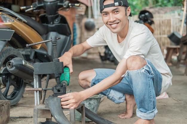 ワークショップでタイヤを修理する整備士の手