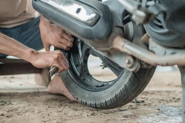 タイヤを修理する整備士の手