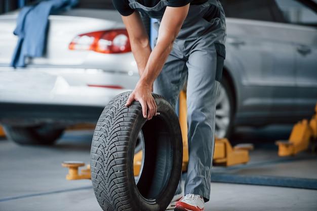 정비공은 수리 차고에서 타이어를 보유