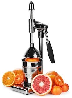 白で隔離される柑橘系の果物のメカニックジューサー