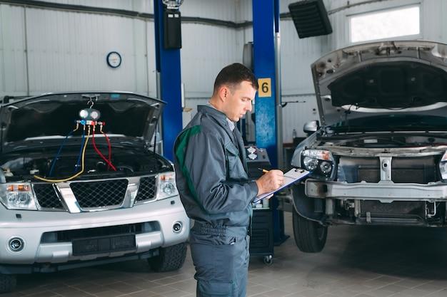 Механик, ведение автомобильной записи в буфере обмена в ремонтной мастерской