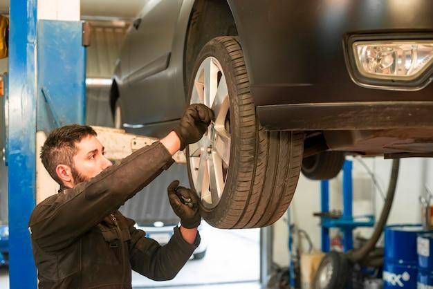 정비사는 작업장에서 자동차의 유지 보수를 수행합니다.