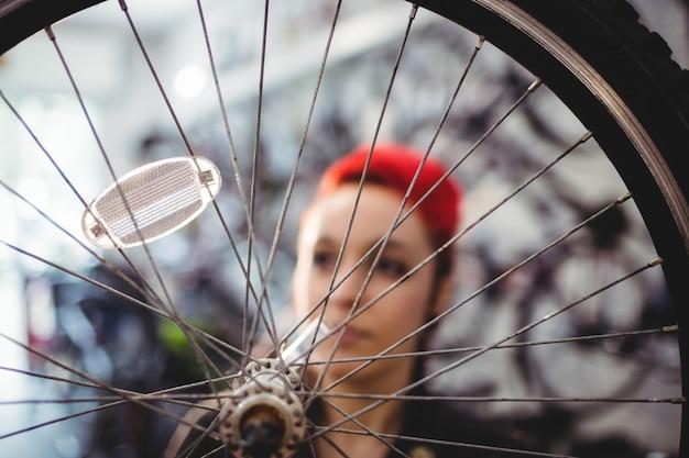 Meccanico riparazione di una ruota di bicicletta