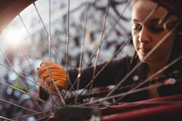Meccanico riparare una bicicletta
