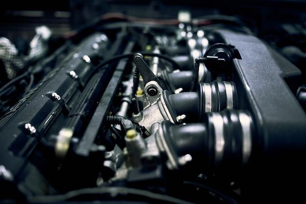 Механик ремонтирует автомобиль в мастерской во второй половине дня