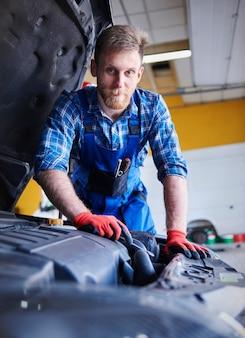 Meccanico che ripara un'auto in officina