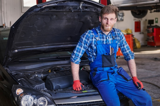 Mechanic repairing a car in the workshop