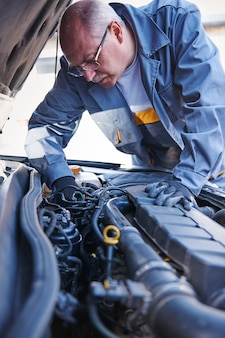 Mechanic repairing a car in the workshop